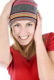 Junge Frau, die einen Beaniearthut trägt Stockfoto