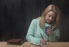 Junge Frau, die einen Brief schreibt Stockbilder