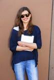 Junge Frau, die einen digitalen Tablet-Computer mit großem Lächeln verwendet Stockbilder