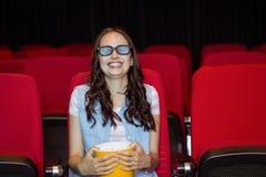 Junge Frau, die einen Film 3d aufpasst Lizenzfreies Stockbild