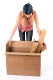 Junge Frau, die einen geöffneten Kasten untersucht Lizenzfreie Stockbilder