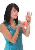 Junge Frau, die einen Geschenkkasten öffnet Lizenzfreies Stockfoto