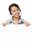 Junge Frau, die einen Kopfhörer trägt lizenzfreie stockbilder