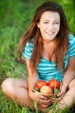 Junge Frau, die einen Korb anhält Stockfoto