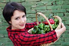 Junge Frau, die einen Korb anhält stockfotografie