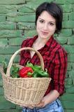 Junge Frau, die einen Korb anhält lizenzfreies stockfoto