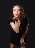 Junge Frau, die einen Kuss durchbrennt Lizenzfreie Stockfotografie