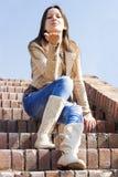 Junge Frau, die einen Kuss durchbrennt Stockfotos