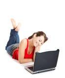 Junge Frau, die einen Laptop verwendet Lizenzfreie Stockfotografie