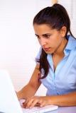 Junge Frau, die einen Laptop verwendet Lizenzfreie Stockbilder