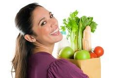 Junge Frau, die einen Lebensmittelgeschäftbeutelabschluß hochhält Lizenzfreie Stockbilder