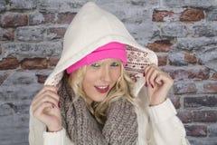Junge Frau, die einen mit Kapuze Mantel trägt Stockfotografie
