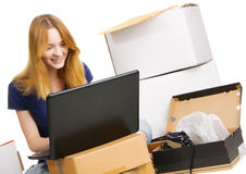 Junge Frau, die einen Onlinespeicher surft Lizenzfreie Stockfotos