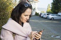 Junge Frau, die in einen Park geht Lizenzfreies Stockbild