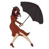 Junge Frau, die einen Regenschirm gegen den Wind hält Lizenzfreies Stockfoto