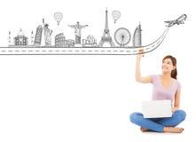 Junge Frau, die einen Reisereisemarkstein zeichnet Lizenzfreie Stockbilder