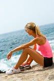 Junge Frau, die einen Rest nachdem dem Laufen hat. Stockbilder
