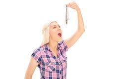 Junge Frau, die einen rohen Fisch isst Lizenzfreies Stockbild