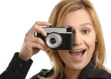 Junge Frau, die einen Schuß mit Fotokamera nimmt Stockfotos
