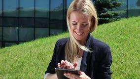 Junge Frau, die einen Tablettecomputer verwendet stock footage