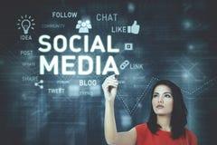 Junge Frau, die einen Text des Social Media schreibt Lizenzfreies Stockfoto