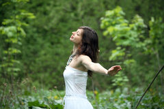 Junge Frau, die in einen Wald geht Lizenzfreies Stockbild