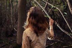 Junge Frau, die in einer Reinigung des Waldes steht Lizenzfreie Stockbilder