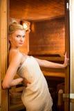 Junge Frau, die in einer Sauna sich entspannt Stockfotos