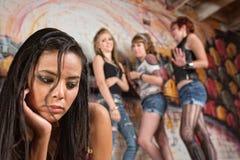 Junge Frau, die eingeschüchtert wird Stockfotos