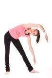 Junge Frau, die einige Übungen auf weißem Fußboden tut Lizenzfreies Stockfoto