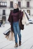 Junge Frau, die EinkaufsPapiertüten anhält Stockfotografie
