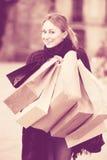 Junge Frau, die EinkaufsPapiertüten anhält Lizenzfreie Stockfotografie