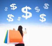 Junge Frau, die Einkaufstaschen und Kreditkarte hält lizenzfreies stockfoto