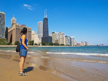 Junge Frau, die entlang der Chicago-Skyline anstarrt Stockfotos