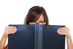 Junge Frau, die entlang der Dokumente anstarrt Lizenzfreies Stockfoto