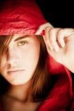 Junge Frau, die entlang der Kamera anstarrt Stockfotos