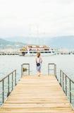 Junge Frau, die entlang Pier geht Lizenzfreie Stockfotografie