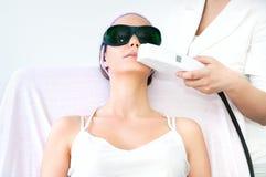 Junge Frau, die epilation Laser-Behandlung empfängt Lizenzfreies Stockbild