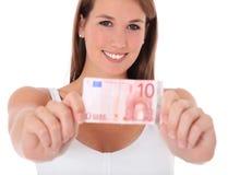 Junge Frau, die Euro 10 anhält Lizenzfreie Stockfotografie