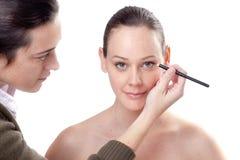 Junge Frau, die Eyeliner anwendet lizenzfreies stockfoto