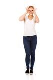 Junge Frau, die Fernglashände herstellt Stockbild