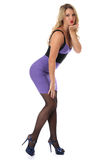 Junge Frau, die festen purpurroten kurzen Mini Dress Blowing ein Kuss trägt Stockbilder