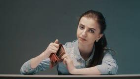 Junge Frau, die Finanzprobleme hat Haus mit Reflexion stock video