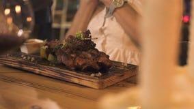 Junge Frau, die Fleischgrill im Grillrestaurant während romantisches Abendessen isst Schönheit, die Grillfleisch für erhält stock video