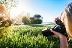 Junge Frau, die Foto der Ernte macht Lizenzfreies Stockbild