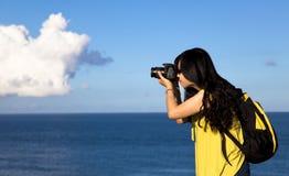 Junge Frau, die Foto nimmt stockfotografie
