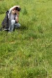 Junge Frau, die Fotos macht Stockfotografie