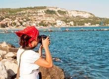 Junge Frau, die Fotos macht Lizenzfreie Stockbilder