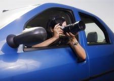 Junge Frau, die Fotos mit Teleaufnahmeobjektiv nimmt stockbilder