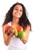 Junge Frau, die Früchte anhält. Getrennt über Weiß Lizenzfreies Stockbild